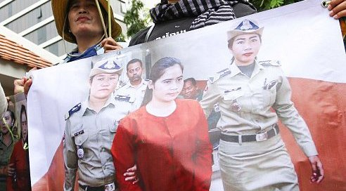ep Vanny's supporters demonstrate in front of Phnom Penh Municipal Court © LICADHO